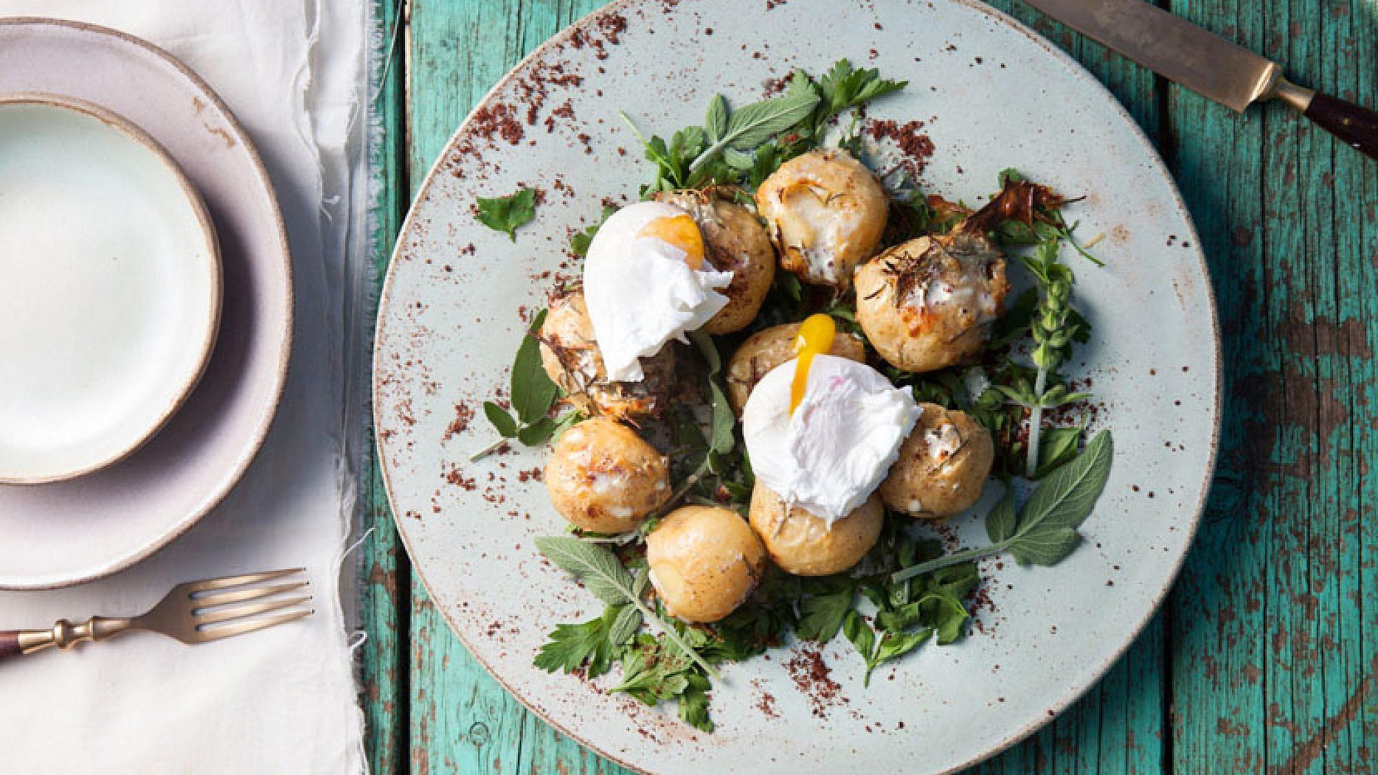 תפוחי אדמה קטנטנים בשמנת רוזמרין עם ביצה עלומה, פטרוזיליה וסומאק. צילום: דניאל לילה | סגנון: עמית פרבר