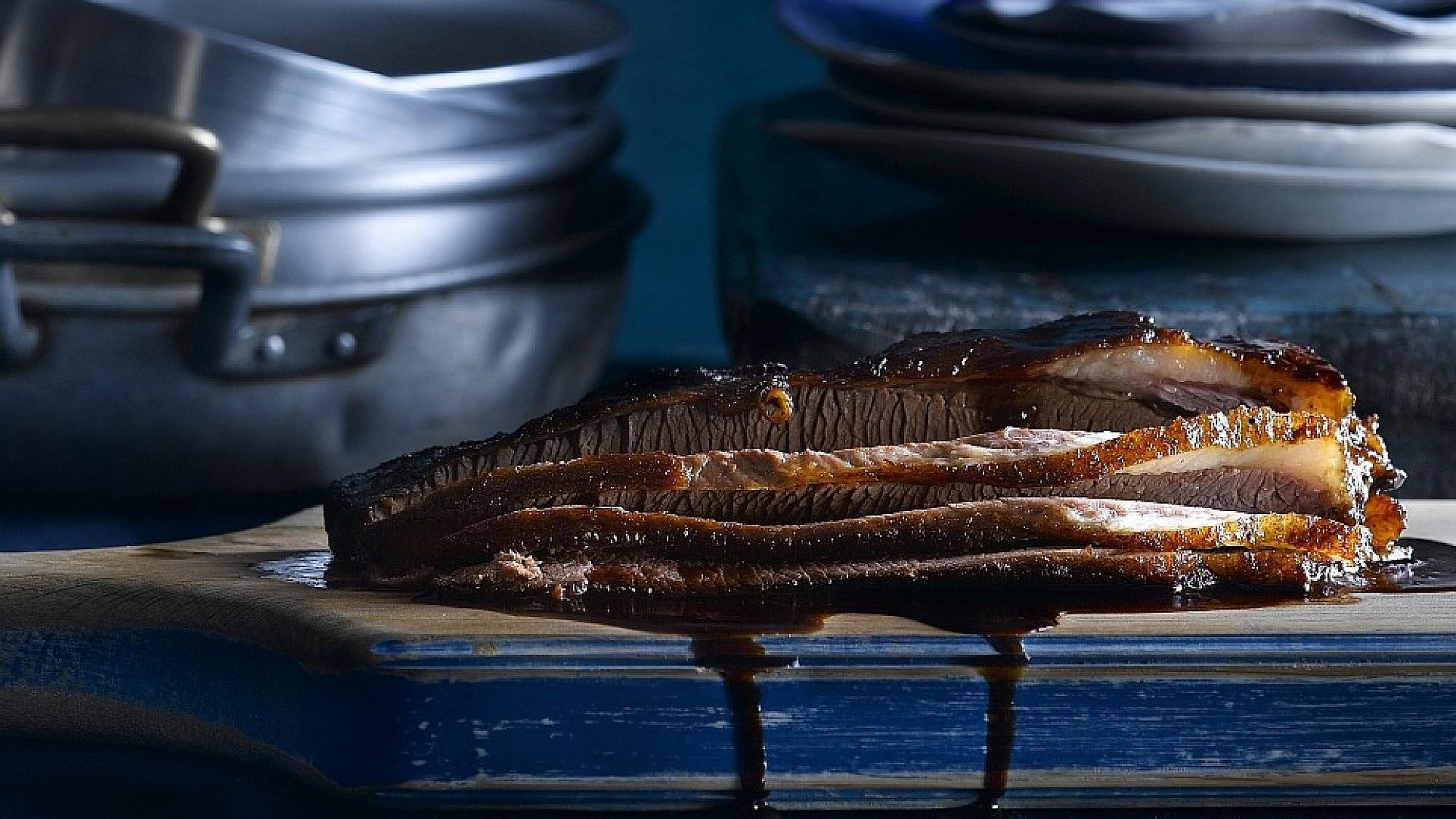 בריסקט בדבש, סויה וזרעי כוסברה. צילום: רונן מנגן   סגנון: עמית פרבר