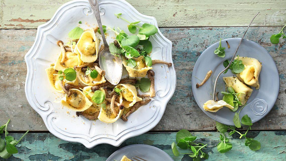 טורטליני תפוחי אדמה  וגבינת תום עם פטריות שימאג'י וחמאה חומה. צילום: רונן מנגן | סגנון: עמית פרבר