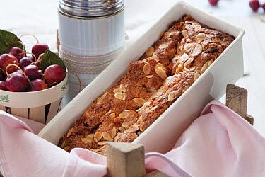 עוגה בחושה עם פטל, שקדים ושוקולד לבן . צילום: דן לב | סגנון: דלית רוסו