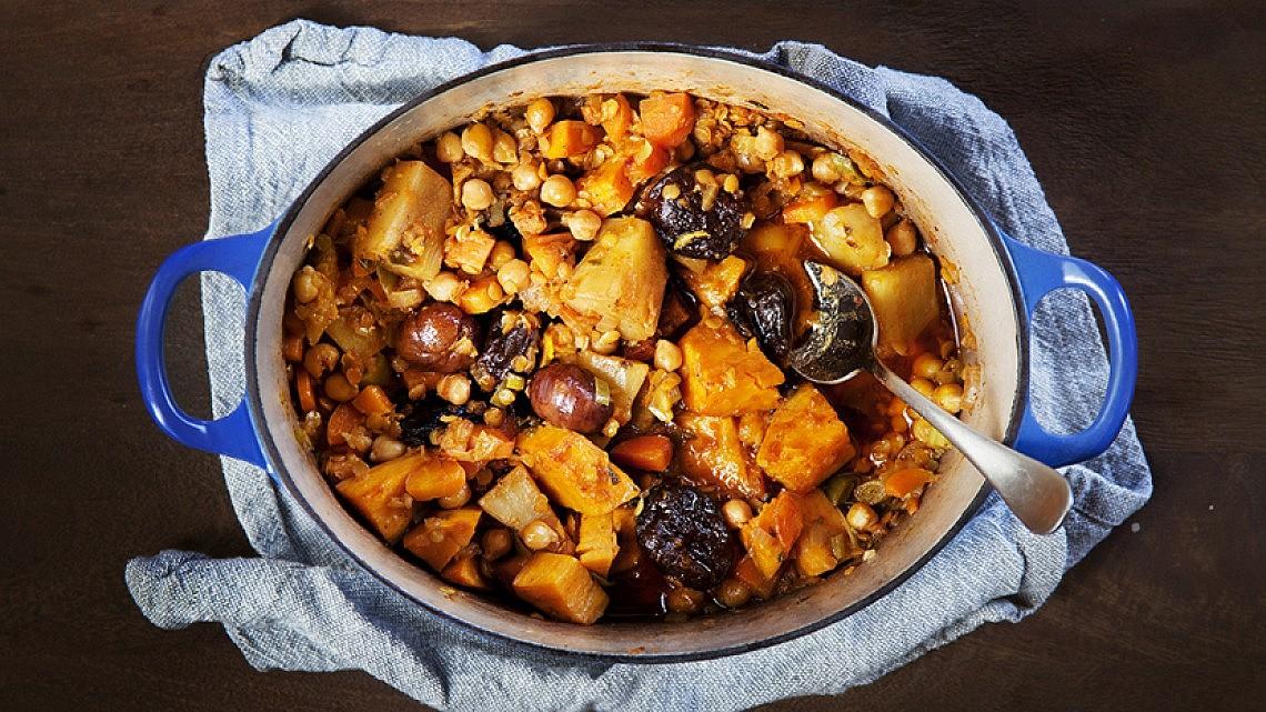 קדרת ירקות שורש עם קטניות, ערמונים ופירות מיובשים. צילום: דניאל לילה, סגנון: עמית פרבר