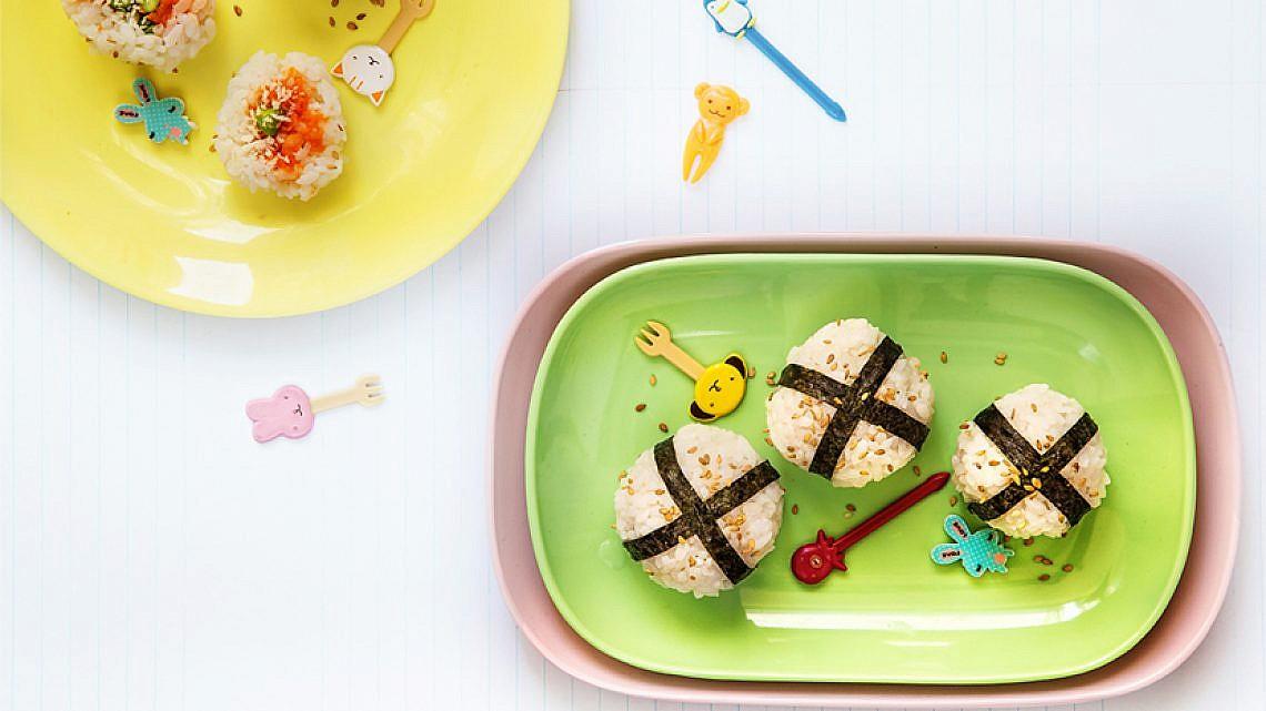 אוניגירי — כדורי אורז יפניים. צילום: שרית גופן | סגנון: אוריה גבע