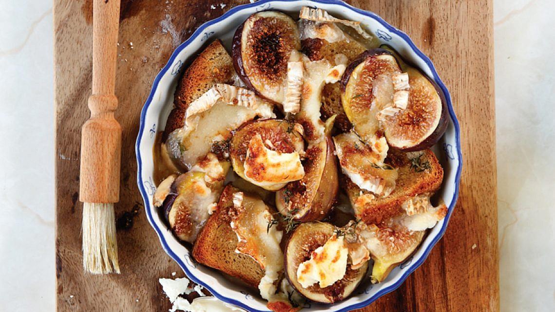 מאפה תאנים עם גבינת סנט מור. צילום: דניה ויינר | סגנון: אוריה גבע