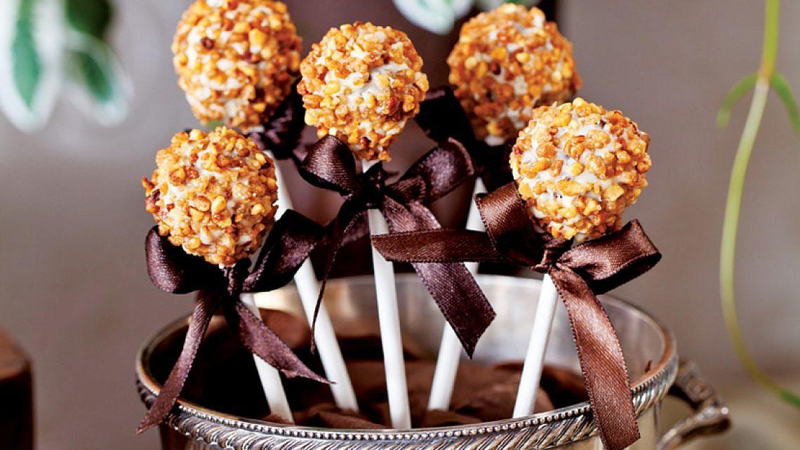 קייק פופס עוגת דבש מצופות אגוזי ברס. צילום: בועז לביא