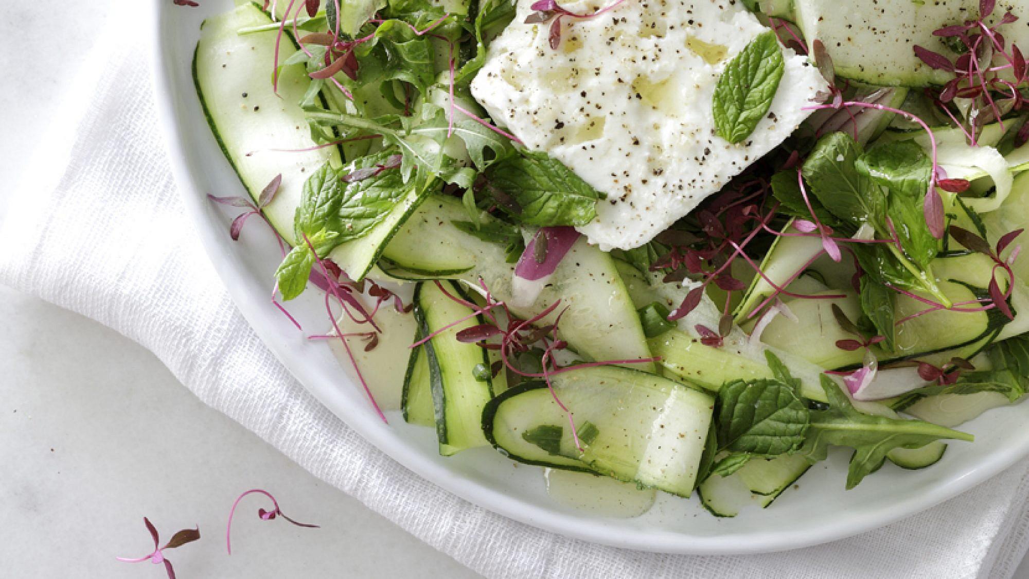 סלט זוקיני עם עשבי תיבול, גבינת המאירי והמון לימון . צילום: דניה ויינר | סגנון: אוריה גבע