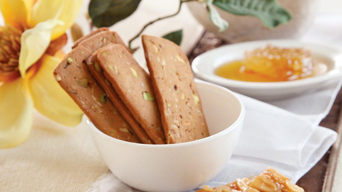עוגיות דבש, קרמל ופיסטוק. צילום: דניה ויינר | סגנון: דיאנה לינדר
