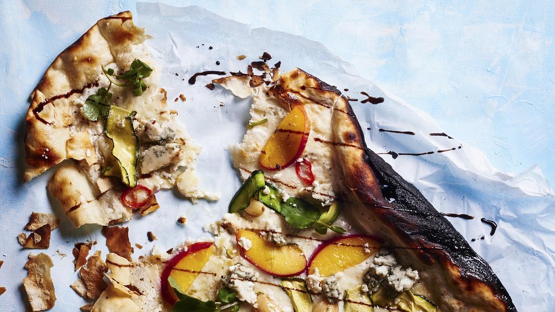 פיצה לבנה עם זוקיני, נקטרינה, גבינה כחולה של עמוס שיאון. צילום: בן יוסטר, סטיילינג: דלית רוסו