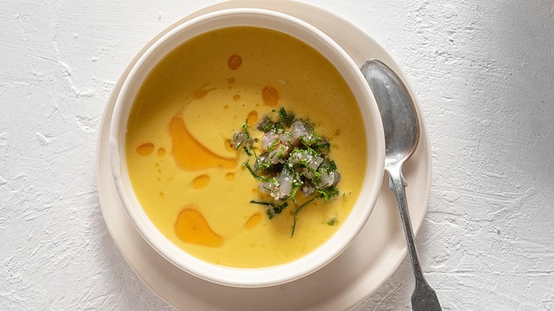 גספצ'ו עגבניות צהובות עם טרטר דג ים לבן של רן שמואלי. צילום: אנטולי מיכאלו; סטיילינג: אינה גוטמן