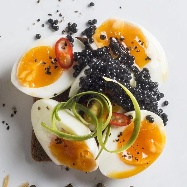 כריך ביצה רכה וקוויאר שחור של אורי שפט צילום: בן יוסטר, סטיילינג: דלית רוסו