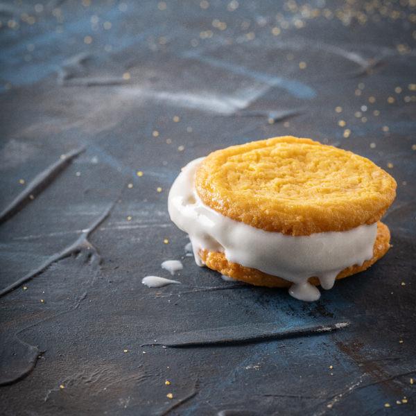 עוגיות פולנטה עם גלידת וניל של עופר בן נתן. צילום: אנטולי מיכאלו. סטיילינג: ענת לבל