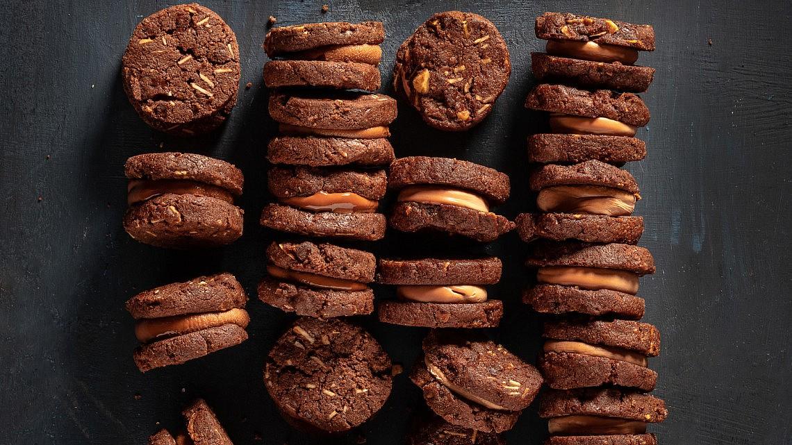 עוגיות אקסטרה שוקולד ושקדים עם גנאש שוקולד של עופר בן נתן. צילום: אנטולי מיכאלו. סטיילינג: ענת לבל