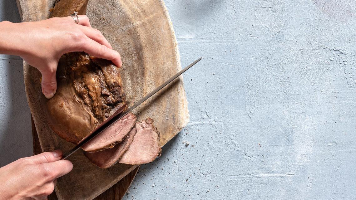 תבשיל לשון בקר ביין לבן ופטריות של אסף שנער. צילום: אנטולי מיכאלו, סטיילינג: אינה גוטמן