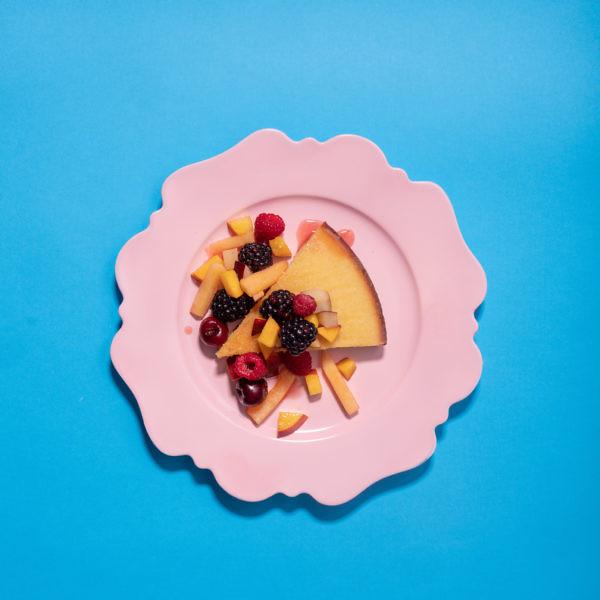 עוגה נמוכה וסלט פירות של מיכל בוטון. צילום: אנטולי מיכאלו; סטיילינג: אינה גוטמן