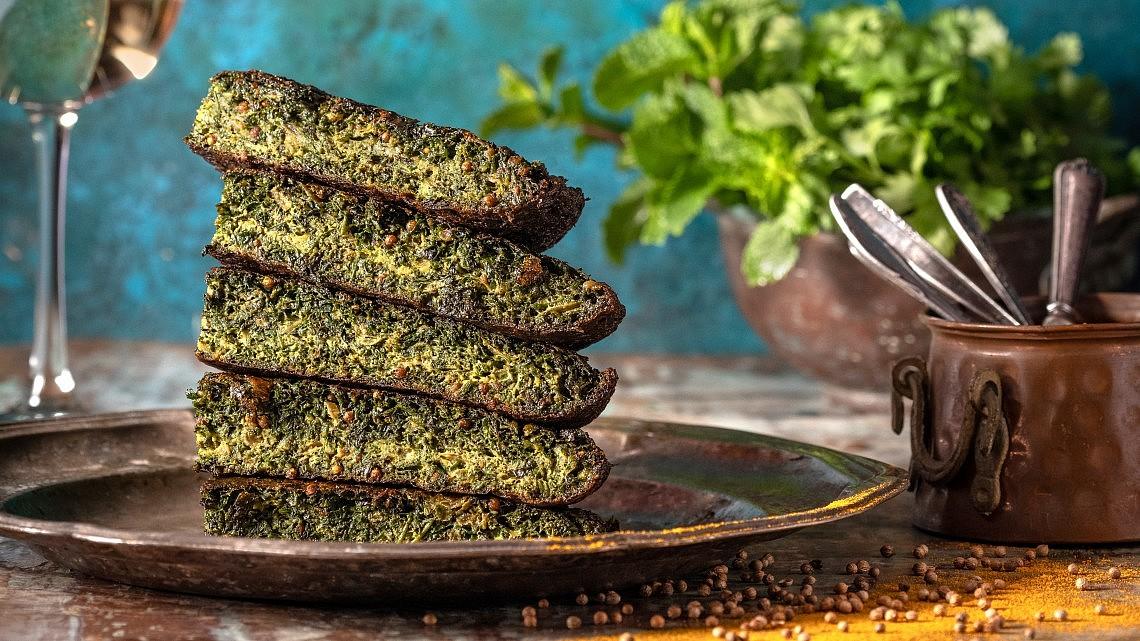חגינה - חביתת ירק פרסית של הלל תווקולי. צילום: אנטולי מיכאלו, סטיילינג: אינה גוטמן