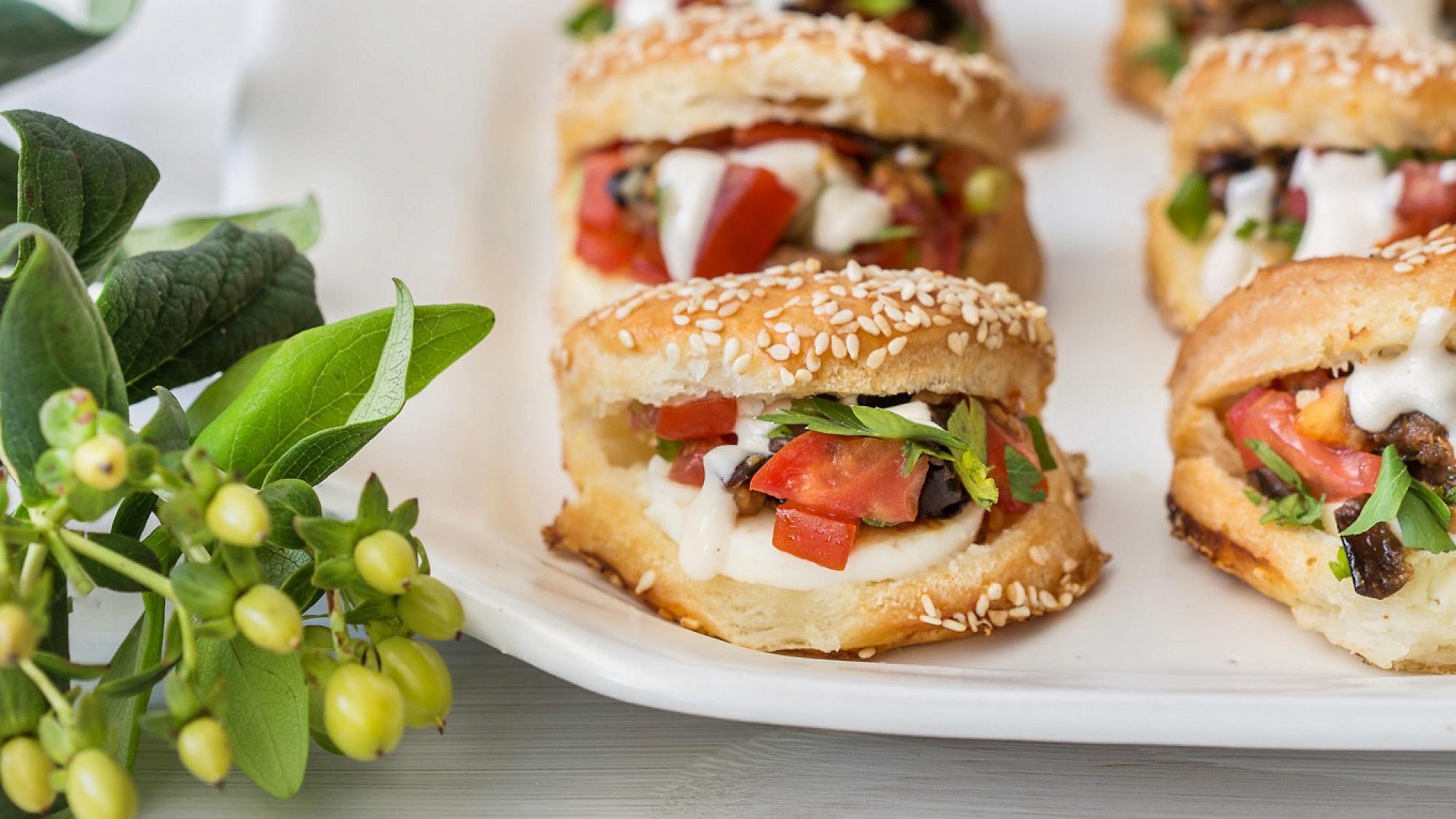 בורקס אסלי עם גבינות,ביצים ועגבניות של שף קונדיטור שלומי פדידה. צילום וסטיילינג: טל סיון צפורין