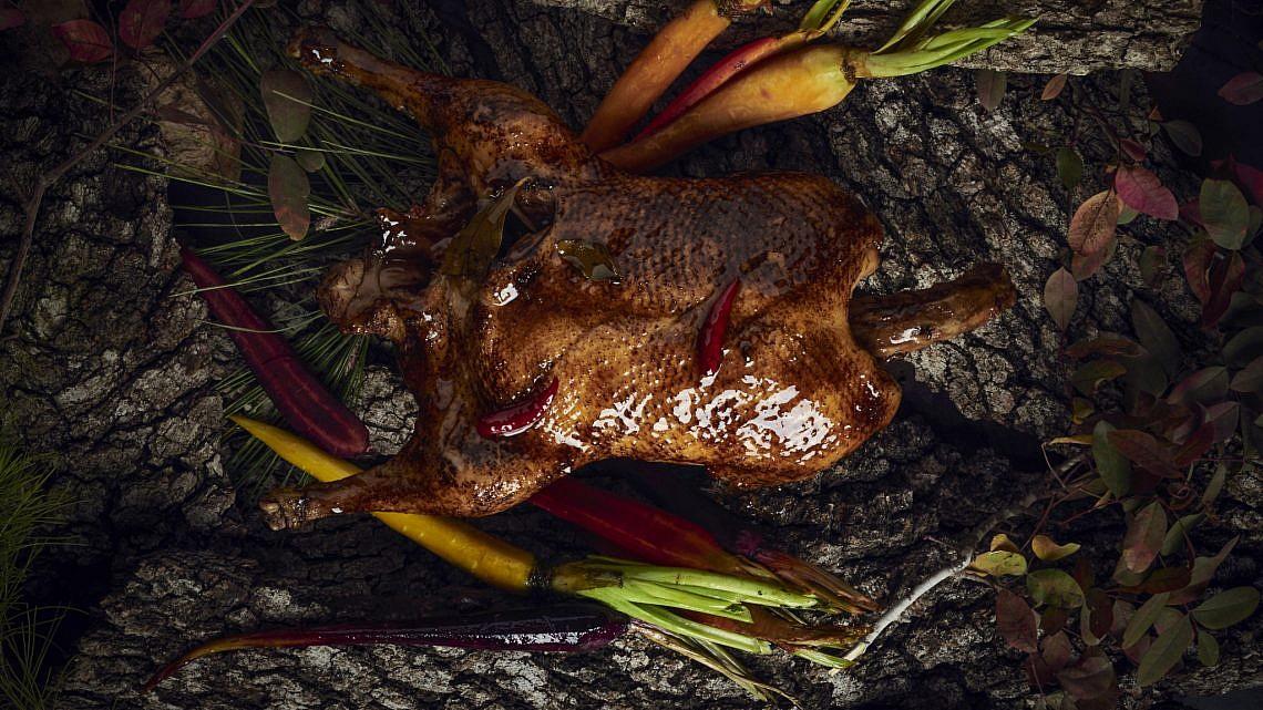 ברווז שלם צלוי של השף חיים טיבי. צילום: בן יוסטר