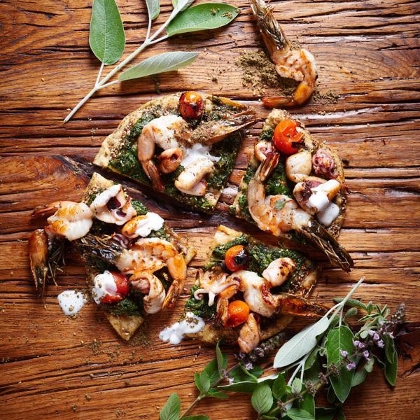 מנקושה - פיצה ערבית עם זעתר ופירות ים של מיכאל גרטופסקי. צילום: בן יוסטר