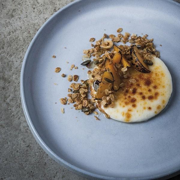 גרנולה עם פנקוטת רוויון וריבת משמשים של שף רז רהב. צילום: בן יוסטר