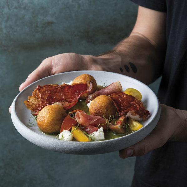 סלט מוצרלה ועגבניות עם פולנטה מטוגנת, פרשוטו פריך וויניגרט בזיליקום של שף רז רהב. צילום: בן יוסטר