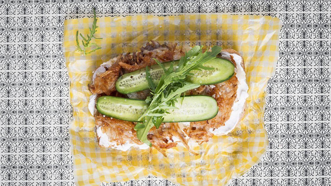 כריך רושטי, גבינה לבנה ורוקט של שף נאור כהן. צילום: בן יוסטר