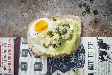 כריך סלט ביצים של שף נאור כהן. צילום: בן יוסטר