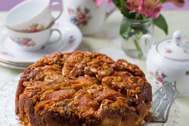 עוגת פולנטה אגסים, שקדים ולימון של שף ניר תמרי. צילום: איתיאל ציון. סטיילינג: מאיה ליבנת-הרוש