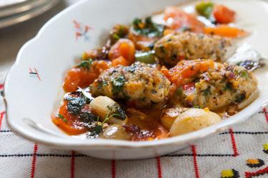קבב לוקוס חריף ברוטב עגבניות של שף ירון חיון. צילום: איתיאל ציון. סטיילינג: מאיה ליבנת-הרוש
