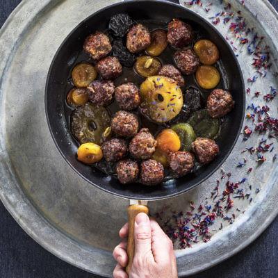 """""""גונדי שירין"""", קציצות ברוטב פירות מיובשים של שף תום פרנץ. צילום וסטיילינג: אפיק גבאי"""