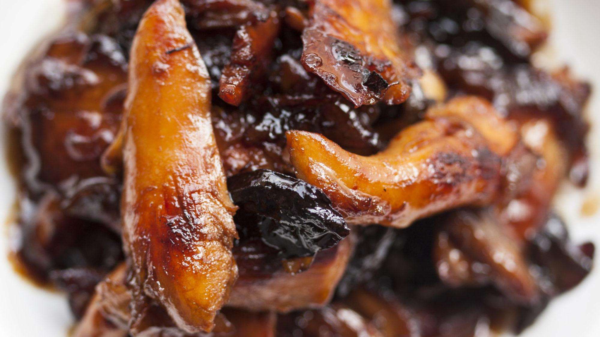 עוף מרוקאי מקורמל בבצל ושזיפים של שף צ'רלי פדידה. צילום: אפיק גבאי