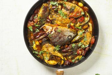 דג מרוקאי - מוסר ים בעגבניות, פלפלים, שום וכוסברה של שף צ'רלי פדידה. צילום: אפיק גבאי