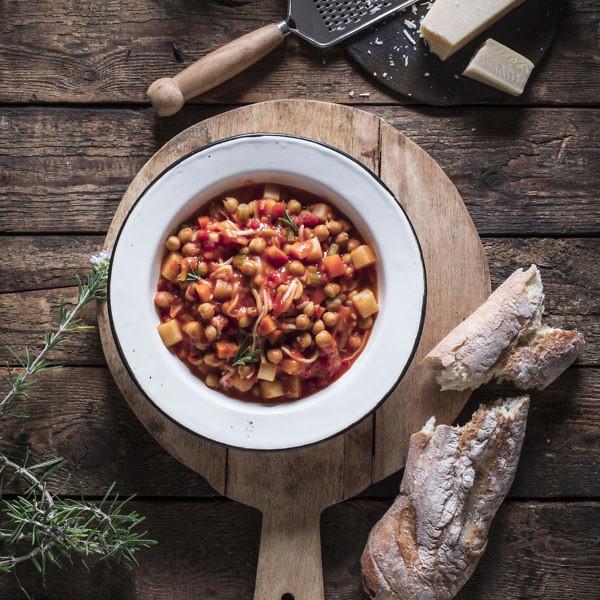 מינסטרה די צ'צ'י – מרק חומוס וירקות מאיטליה של תום פרנץ. צילום וסטיילינג: אפיק גבאי