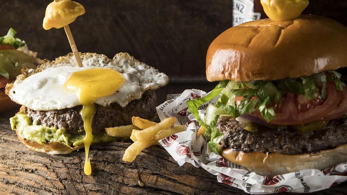 המבורגר בסיסי, גוואקמולי ביצת עין של שף מאור אהרון. צילום: אפיק גבאי