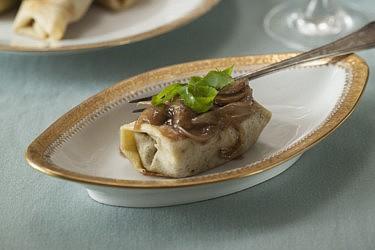 בלינצ'ס חלומיים במילוי בצל ופטריות של לילית רומם. צילום וסטיילינג: אפיק גבאי