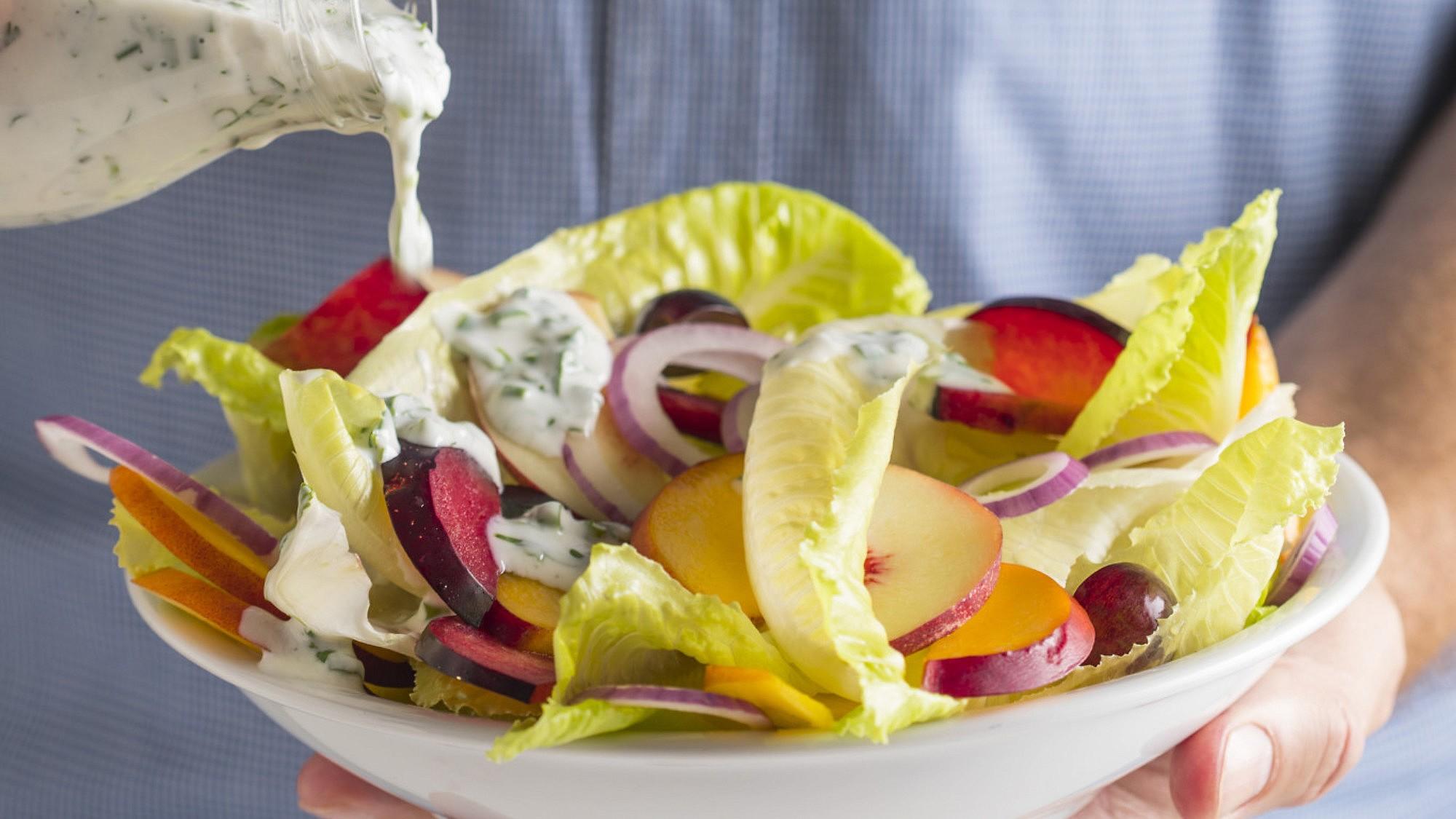 סלט ירקות ופירות ברוטב יוגורט עשבי תיבול של תום פרנץ. צילום וסטיילינג: אפיק גבאי