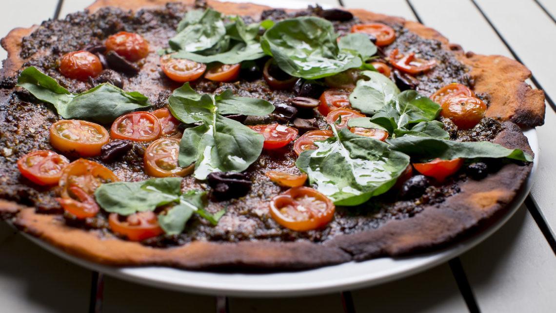 """מאפה """"פיצה"""" מקמח חומוס עם פסטו ירוקים של שף גיל הררי. צילום: רמי זרנגר"""