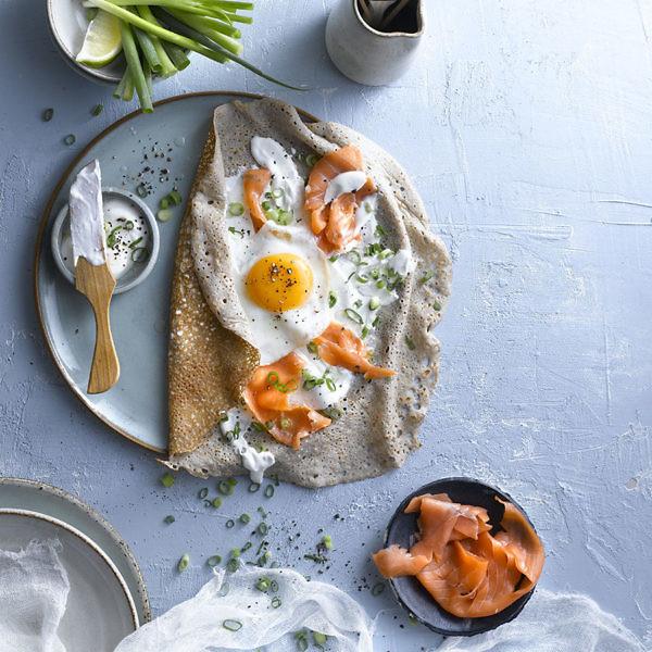 קרפ סלמון שמנת וביצה של שף יונתן בודק. צילום: רונן מנגן. סטיילינג: אינה גוטמן
