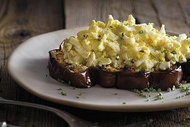 סלט ביצים וחציל כבוש של שף רועי ענתבי. צילום: רונן מנגן. סטיילינג: אינה גוטמן