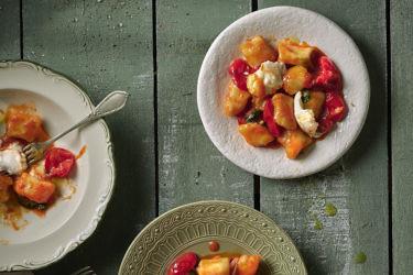 ניוקי ברוטב עגבניות עם קרעי מוצרלה של מיכל לוי. צילום: אנטולי מיכאלו, סטיילינג: ענת לבל; כלים: TUSCAN WOMAN STONEWARE - COLLECTION BY Nonna Peppy