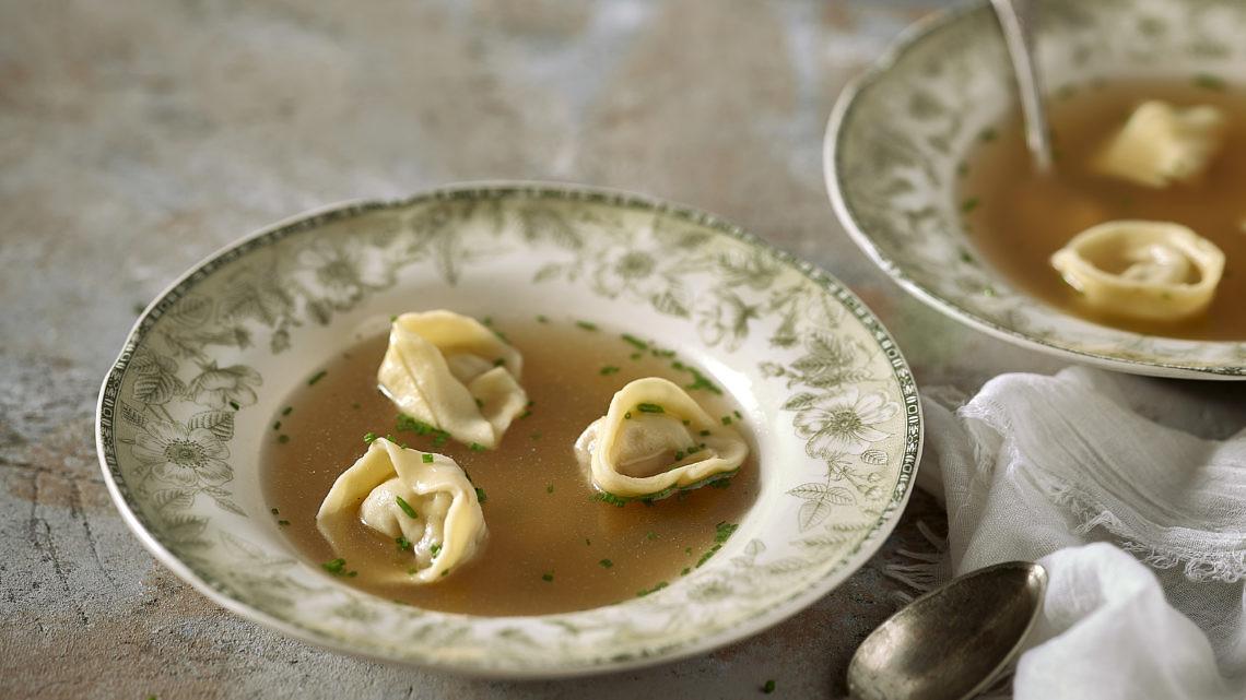 מרק צח עם קרפלך שוק אווז של אילון עמיר. צילום: אנטולי מיכאלו; סטיילינג: ענת לבל