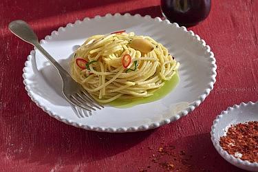 ספגטי אלי אוליו של שף ניר ויימן וירון לסר. צילום: אנטולי מיכאלו, סטיילינג: ענת לבל. בשיתוף קוקה קולה