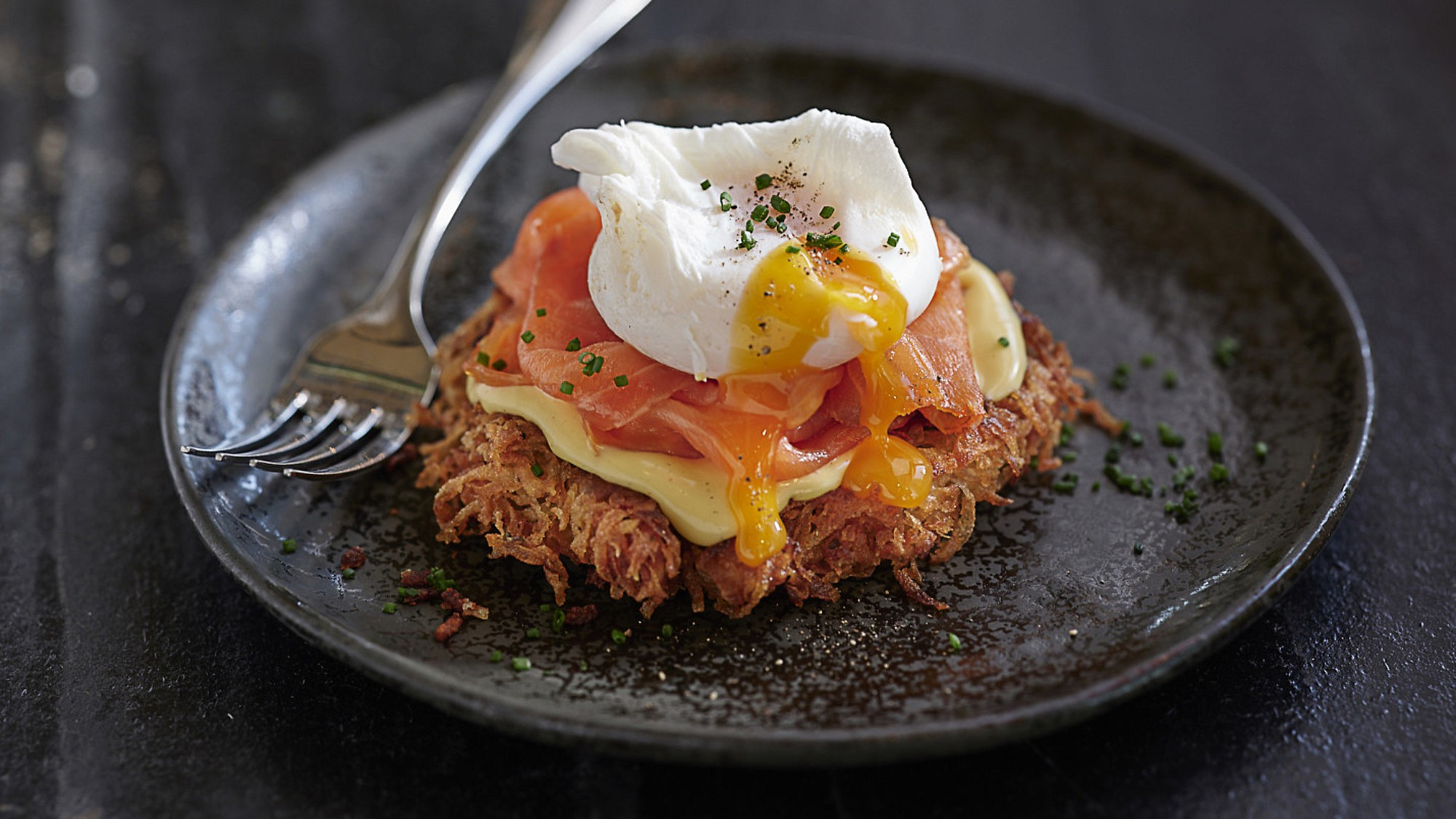 לביבות תפוחי אדמה עם רוטב הולנדייז וגרבלקס של שף עינב אזגורי. צילום: אנטולי מיכאלו. סטיילינג: דלית רוסו