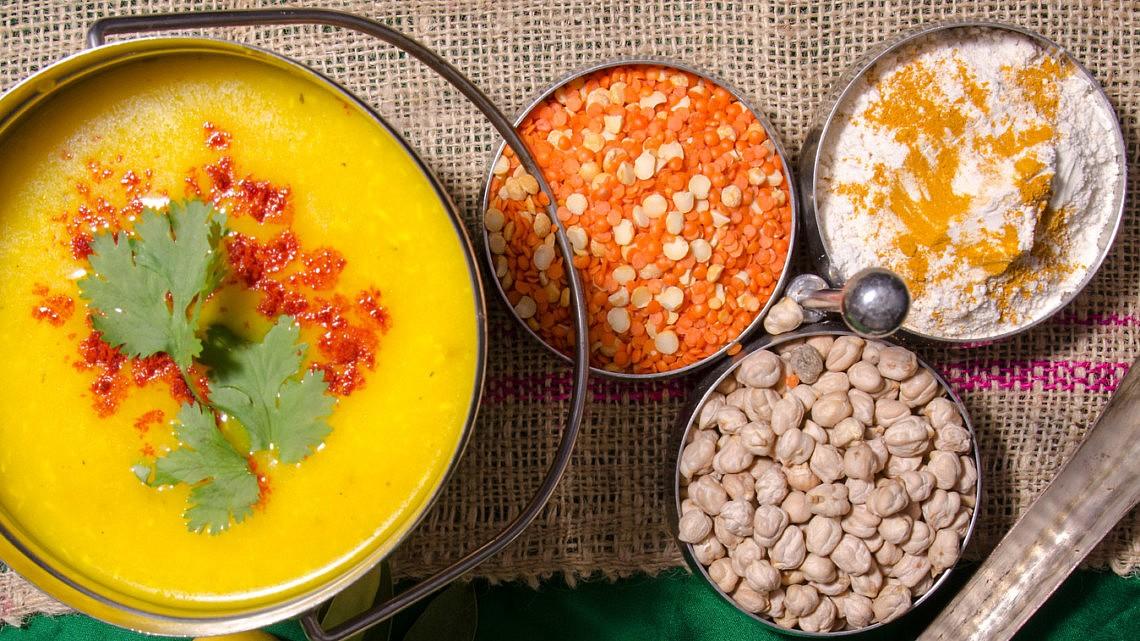 מרק מוליגטוני – מרק עדשים צהובות וקוקוס של רינה פושקרנה. צילום: יפית בשבקין סטיילינג: שניר שרוני
