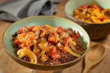 תבשיל כרובית, טופו וקינואה בניחוח הל של שפית אמבר רוגע. צילום וסטיילינג: שי בן אפרים