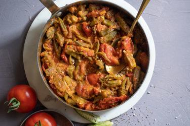 תבשיל עגבניות מגי עם במיה ולימונים כבושים.  צילום: אנטולי מיכאלו. בשיתוף הזרע