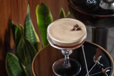 קוקטייל  וודקה Espresso Martini. צילום: אנטולי מיכאלו. בשיתוף גרייגוס