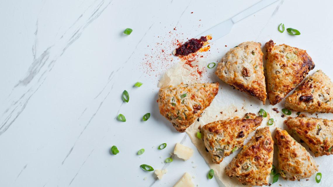 סקונס עם גבינה, אגוזי מלך ובצל ירוק של עז תלם. צילום: בועז לביא. סטיילינג: ענת לבל