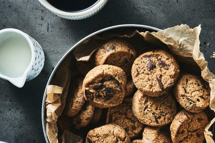עוגיות שוקולד צ'יפס ללא גלוטן של רביבה וסיליה. צילום: אמיר מנחם. סטיילינג: ענת לבל