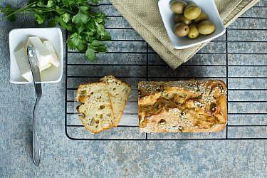 לחמניות חומוס וזיתים ללא שמרים של שפית עינת מזור. צילום: בועז לביא