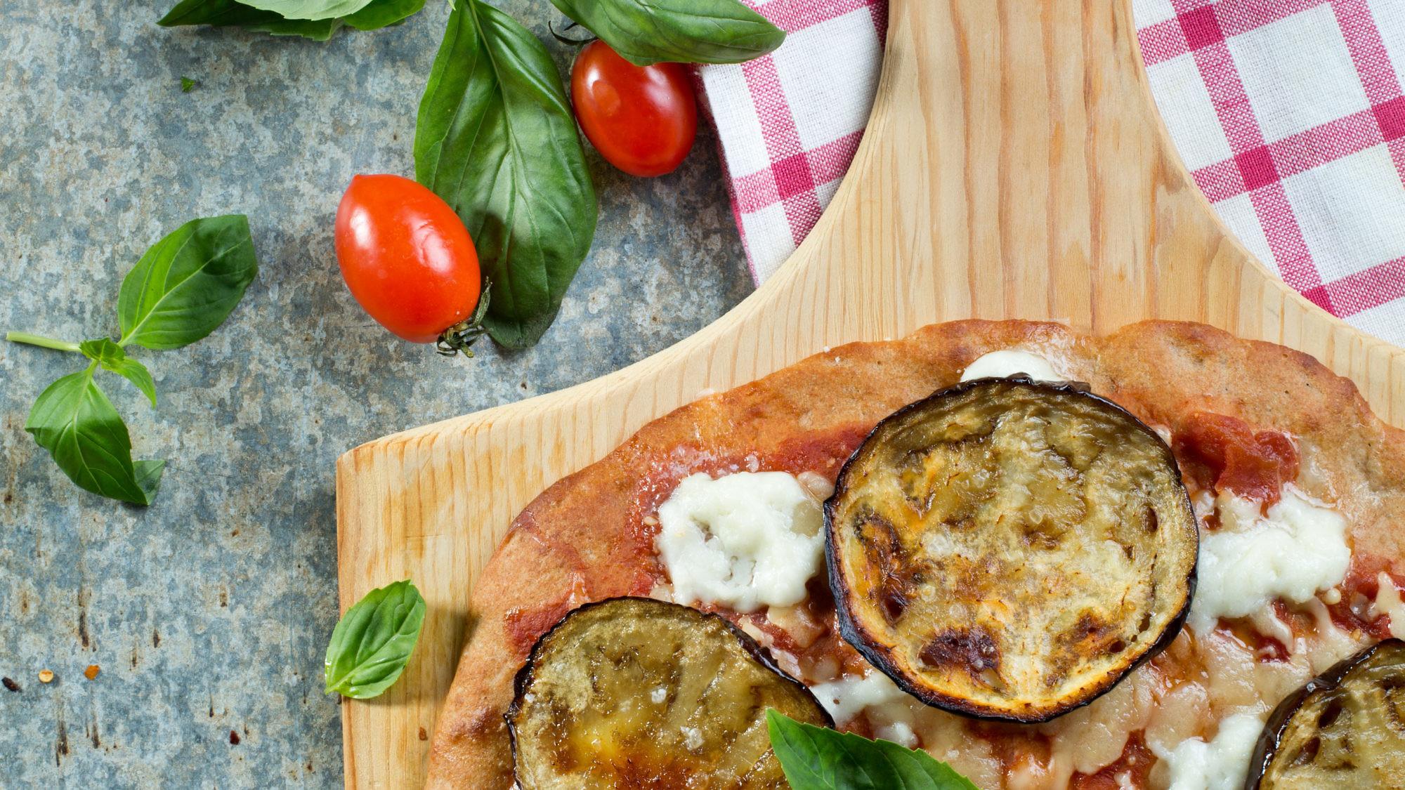 פיצה מקמח חומוס עם חצילים ועגבניות של שפית עינת מזור. צילום: בועז לביא