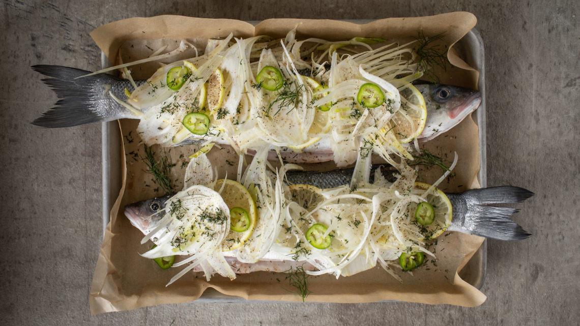 דג שלם בציפוי שומר ואוזו של רינת צדוק. צילום: חיים יוסף